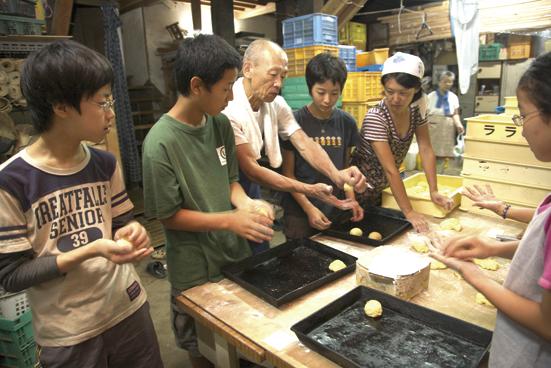 パン職人による石窯でのパン作り体験