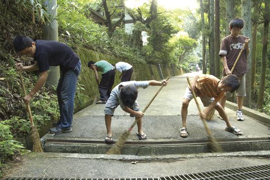合宿所前の道路の掃除