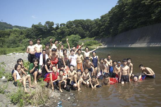 近くの河原で水遊び